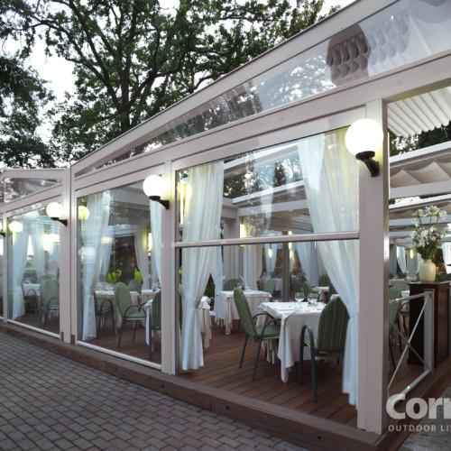 Tenda verticale ermetika di corradi avvolgente su guide a for Vendita arredi da giardino