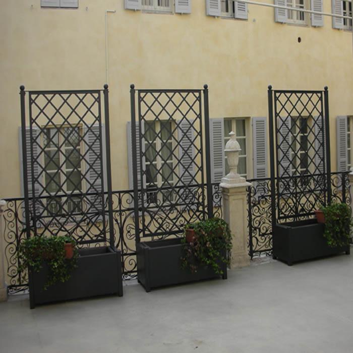 Grigliato in ferro con fioriera per esterno da Calestani a Parma