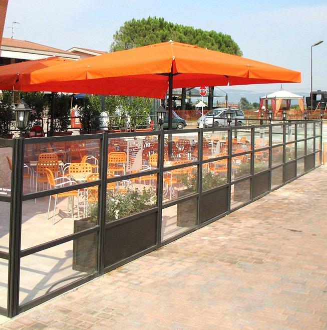 Paravento modulari in alluminio e vetro per bar e ristoranti