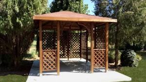 Pavillon in legno con grigliati