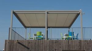 Pergola con tetto piano e copertura con tenda motorizzata