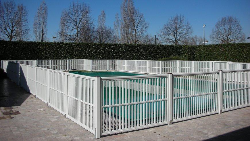 Recinzione per piscina in legno bianco
