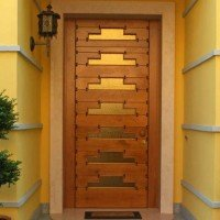 Porta d'ingresso in legno lavorata